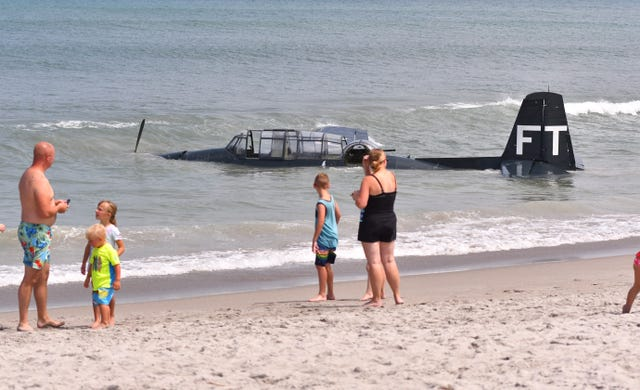land in the shallow waters of Florida's busy Cocoa Beach The airplane landed in the Atlantic Ocean on a beach in Florida
