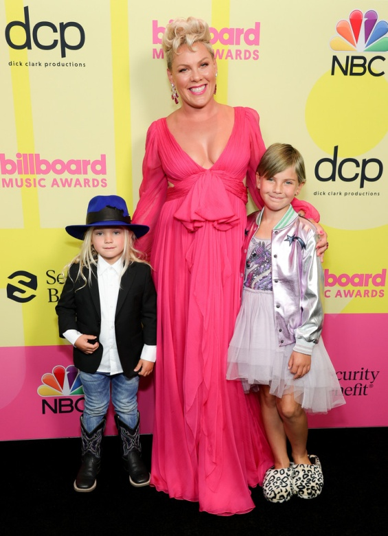 Pink with her two children at the reception of the Icon Award, she delighted with the performance with her daughter