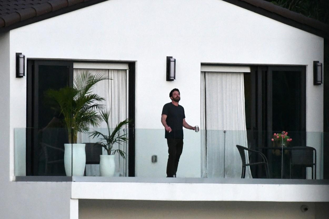 Jennifer Lopez and Ben Affleck enjoy her new house and don't hide from the paparazzi