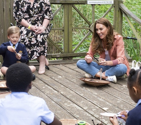 In casual styling: Duchess Catherine in jeans and sneakers in London
