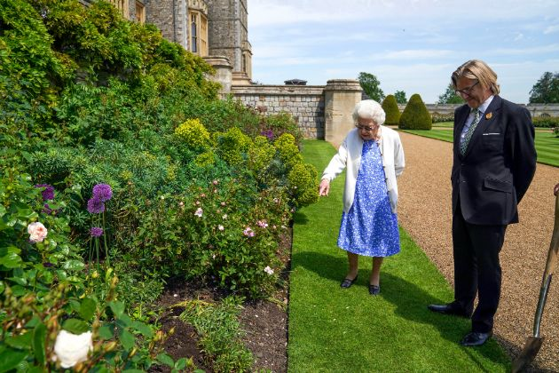 Prince Philip would celebrate his 100th birthday - The Queen brings a dear wedding gift and plants a rose in his honor