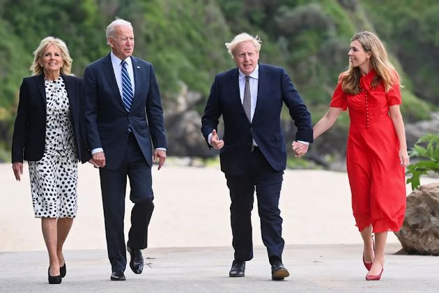 Joe Biden in a suit and sneakers, Jill took off her heels for the beach - We rarely see them in an informal edition (photo)