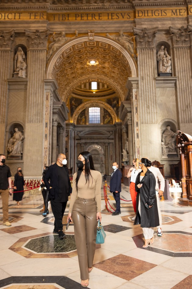 """Kim Kardashian criticized after visiting the Vatican in a nude dress: """"No decency at all"""""""