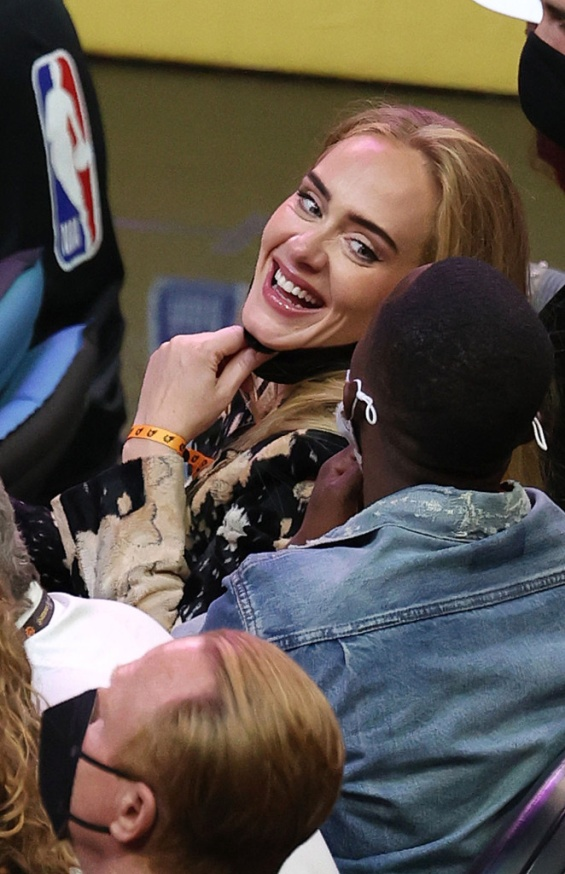 Rarely appears in public: Adele in striking coat cheers at a basketball game