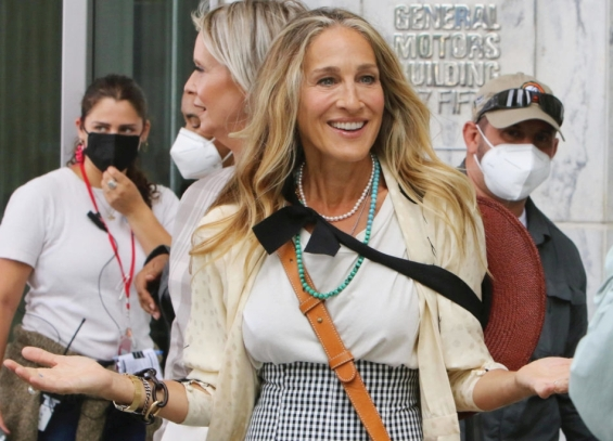 """Carrie Bradshaw with gray hair: The first photos from the shooting of the sequel to """"Sex and the City"""" without Samantha"""